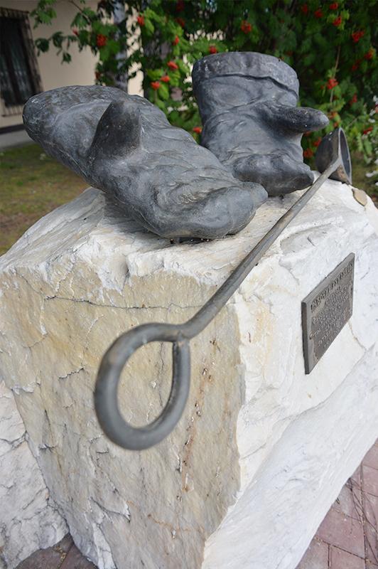 памятник Рабочим рукавицам